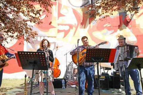 Ciapa No all'ortica per l'inaugurazione del primo murales dedicato alla canzone popolare milanese